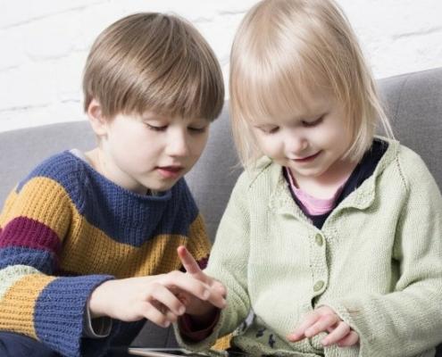 Lapset iPad-laitteella