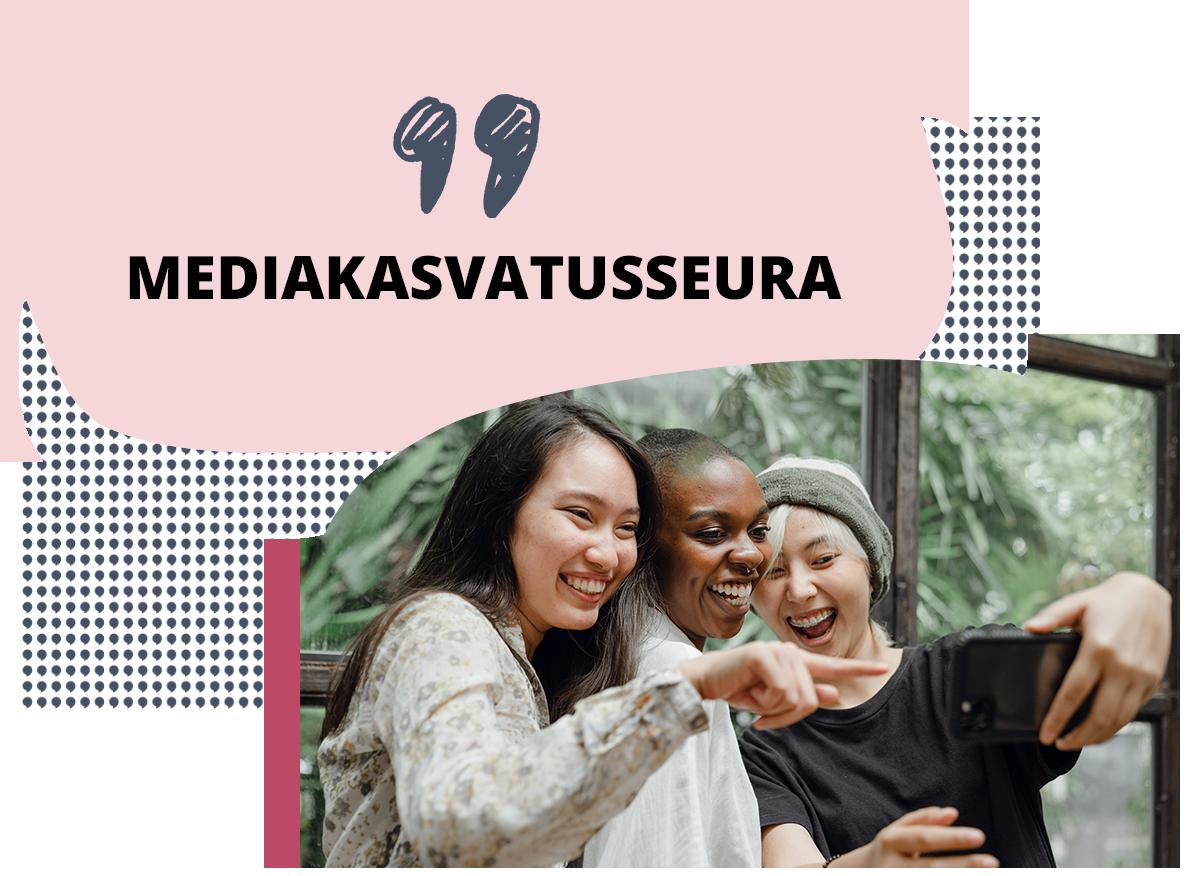 """Banneri, jossa on teksti: """"Mediakasvatusseura"""". Bannerissa on myös valokuva kolmesta nuoresta, jotka hymyilevät ja ottavat yhdessä selfietä älypuhelimella."""